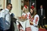 Сборная Украины в Генуя встречали с караваем и вышитым